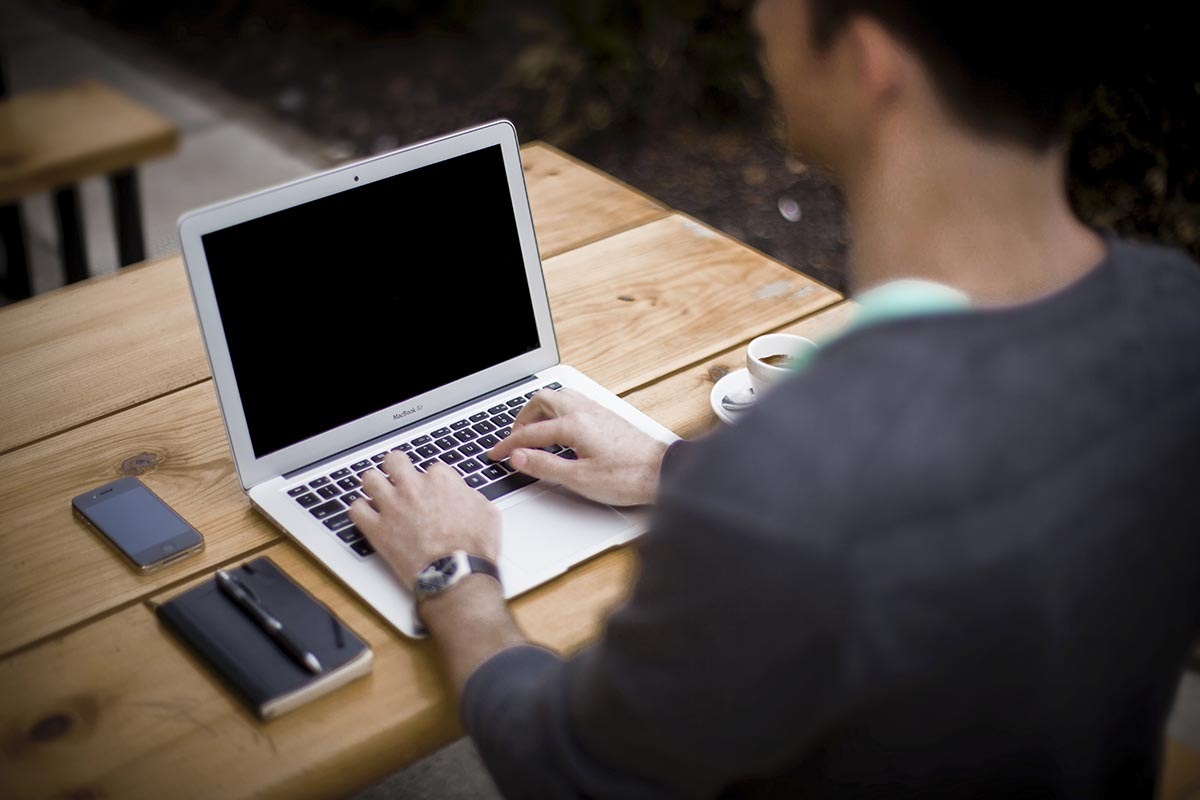 Person jobbar med dator