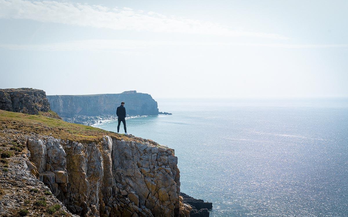 Man står ensam på en klippa
